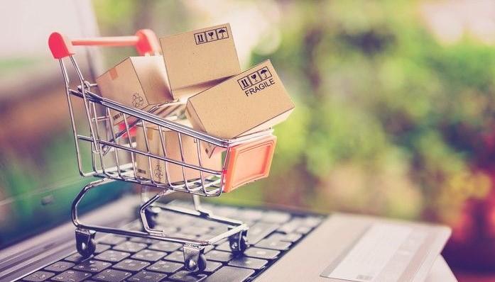 Comercio electrónico - carrito en laptop